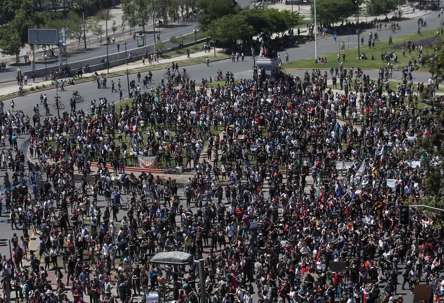 Nuevas concentraciones en Santiago llegaron a Plaza Italia y cerca de la Escuela Militar