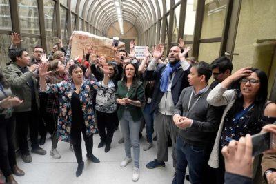 VIDEO | Vallejo y Cariola encabezan bloqueo de pasillos en el Congreso