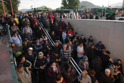 Alta congestión en estación Quilín del Metro de Santiago