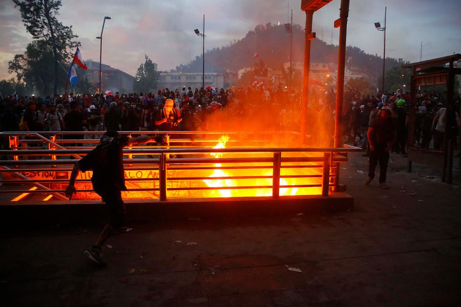 Protestas: incendio en accesos a Baquedano y Santa Lucía