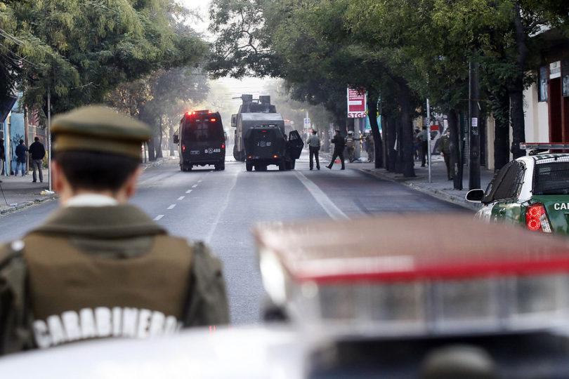 Incidentes se registraron en el exterior del liceo Barros Borgoño