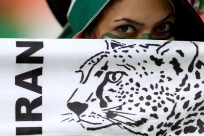 Mujeres iraníes vuelven a ingresar a un estadio de fútbol tras 40 años de prohibición