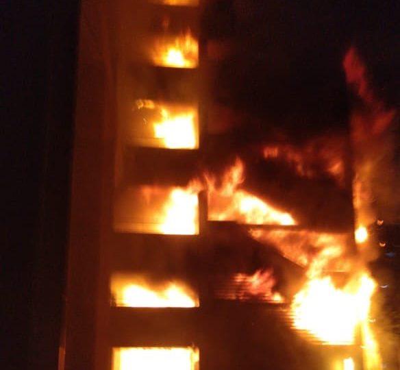Incendio afecta al edificio de Enel en el centro de Santiago