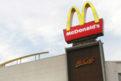 Condenan a McDonald's con millonaria multa por contratar a menor de edad