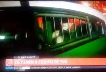VIDEO | Periodista de TVN fue detenido durante despacho en vivo en medio de toque de queda