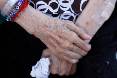 La guía que prepara el Minsal para enfrentar los suicidios en los adultos mayores
