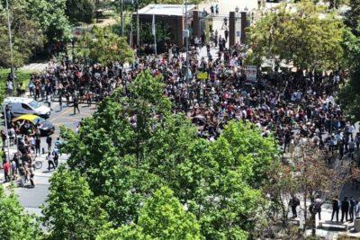 Protestas llegan al Parque Araucano y nueva marcha avanza por la Alameda