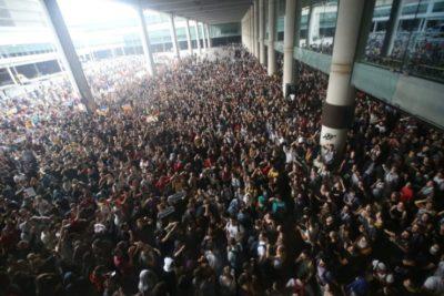 Manifestantes bloquearon accesos al aeropuerto en protesta por condenas contra líderes catalanes