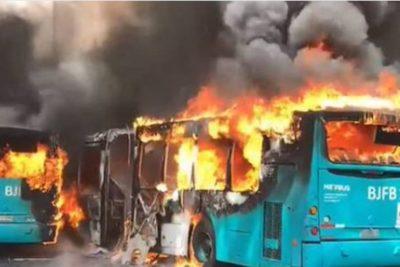 Al menos cinco buses fueron quemados en el centro de Santiago