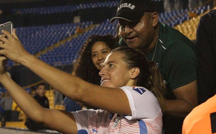 Castigan de por vida a hincha que manoseó a una futbolista en una selfie