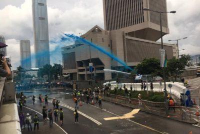 Aumenta la tensión: policías de Hong Kong mojan a manifestantes con pintura azul para marcarlos