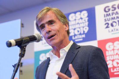 Ex ministro José Ramón Valente reaparece en actividad de Fundación Chile