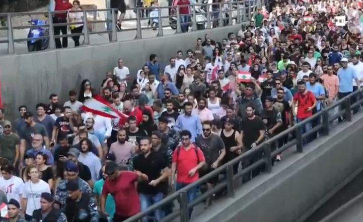 Multitudinarias protestas en el Líbano por anuncio de impuesto por utilizar WhatsApp