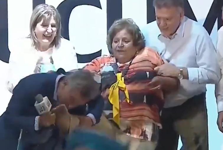 """""""Mi cenicienta"""": Mauricio Macri besa los pies a anciana en acto electoral"""