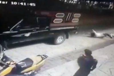 Secuestran y arrastran en camioneta a alcalde por no cumplir sus promesas de campaña