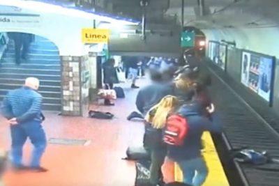 VIDEO | Impactante registro de mujer que cayó a las vías del tren y pasajeros lograron salvarle la vida