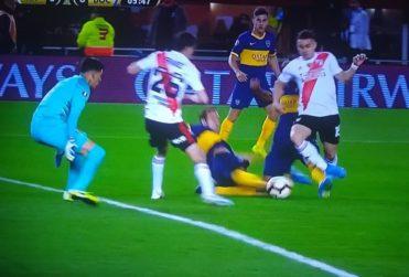 Así fue el diálogo del árbitro con el VAR para definir el penal a favor de River ante Boca