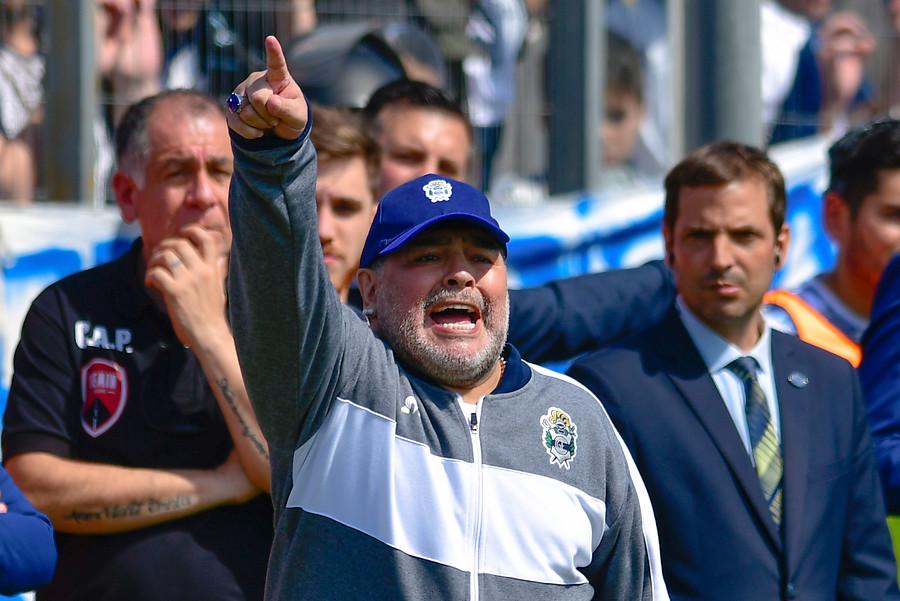 El dia de furia de Maradona con árbitro tras cobro de penal en contra de Gimnasia