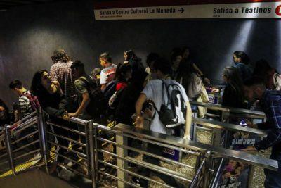 VIDEO | Estudiantes vuelven a protagonizar evasión masiva en estaciones del Metro