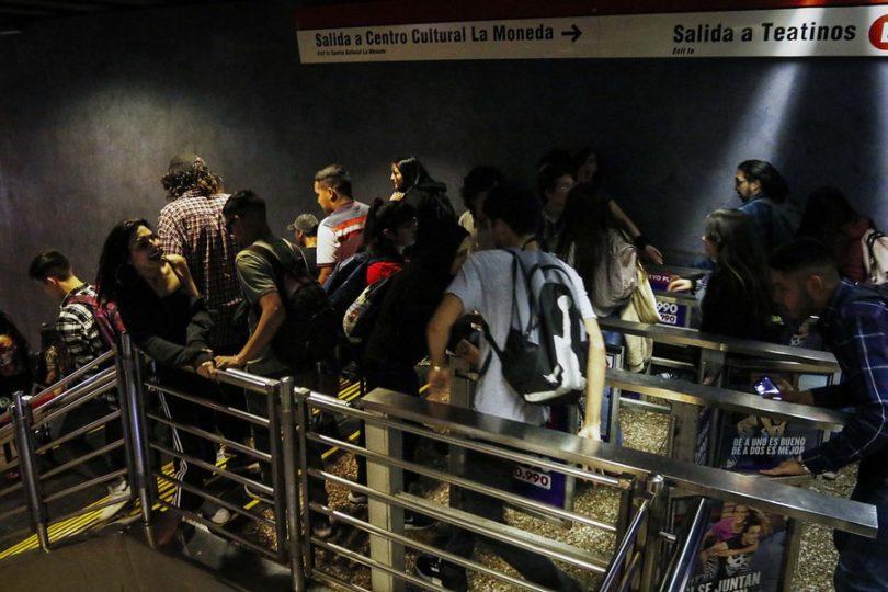 VIDEO   Estudiantes vuelven a protagonizar evasión masiva en estaciones del Metro