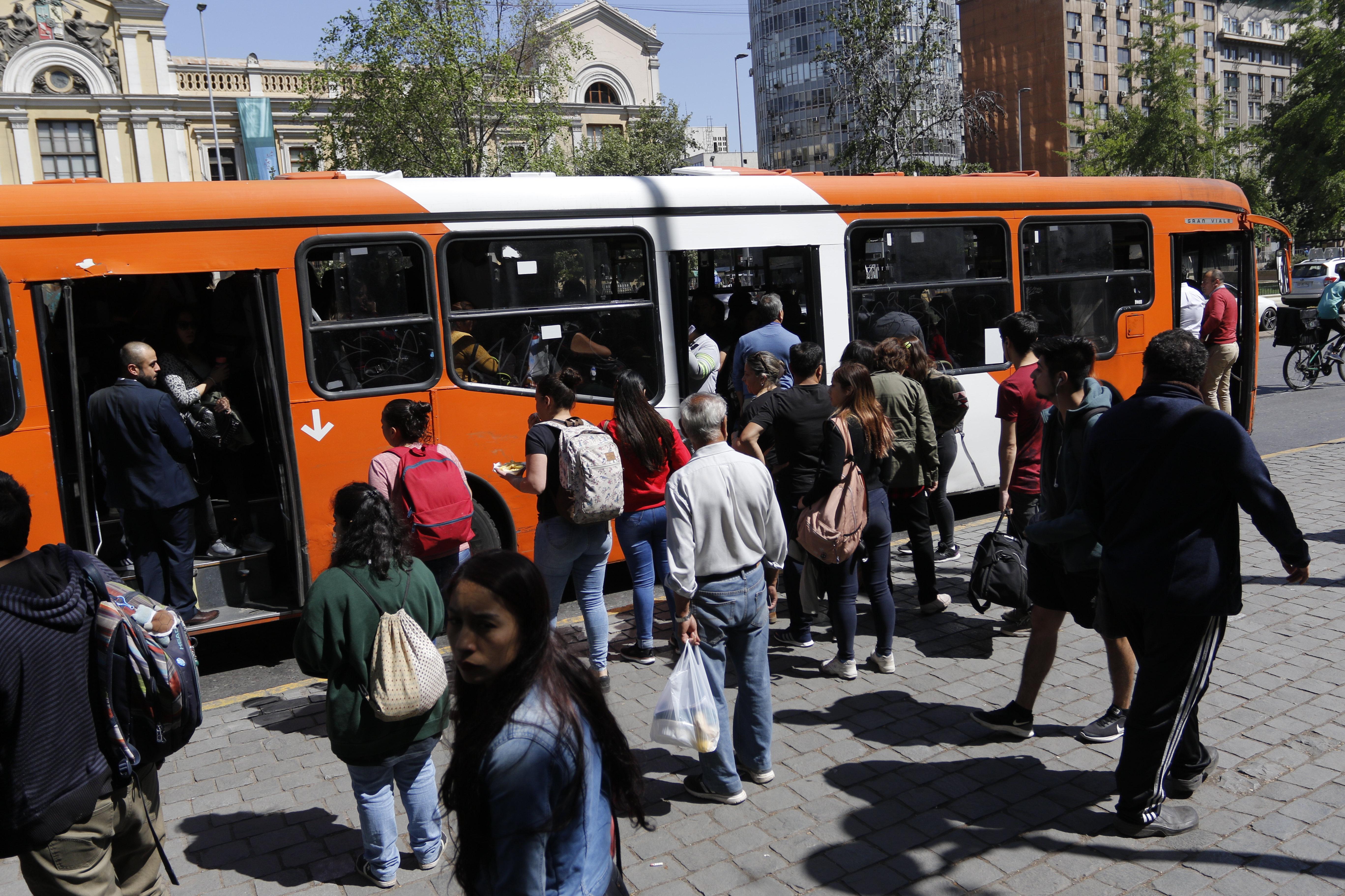 """""""Adelantan refuerzo de buses en Santiago a las 15 horas"""""""