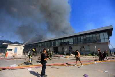 Familiares de fallecidos en incendio de bodega Kayser se querellaron por homicidio