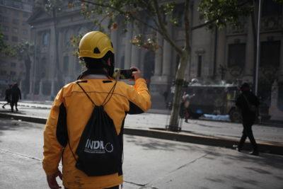 Insultó a carabineros en manifestación: INDH se querellará por falsa funcionaria del organismo