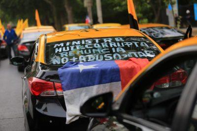 Taxistas protestaron en Santiago y pidieron la salida de la ministra Gloria Hutt