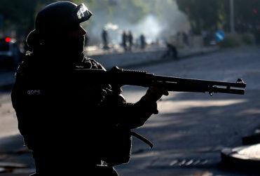 """General Bassaletti de Carabineros asegura que sin escopetas antimotines """"tendríamos que usar armas de fuego"""""""