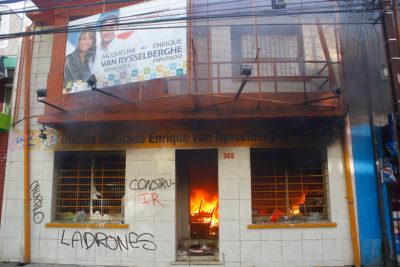 VIDEO+FOTOS | Incendian oficina parlamentaria de Jacqueline van Rysselberghe en Concepción