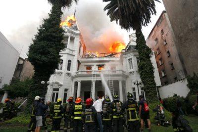 FOTOS | Bomberos combate incendio en sede de U. Pedro de Valdivia
