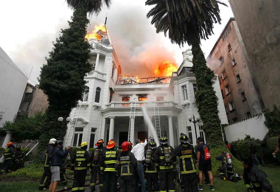 """""""FOTOS   Bomberos combate incendio en sede de U. Pedro de Valdivia"""""""