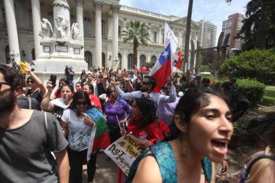 FOTOS | Manifestantes ingresan al jardín del ex Congreso Nacional en Santiago