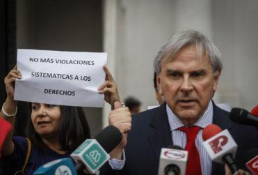 Asociación de funcionarios de Segpres y Segegob protestaron en La Moneda