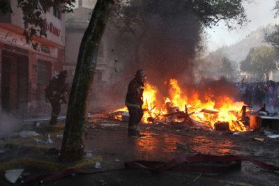 Tres bomberos heridos durante incendio en tienda de Concepción
