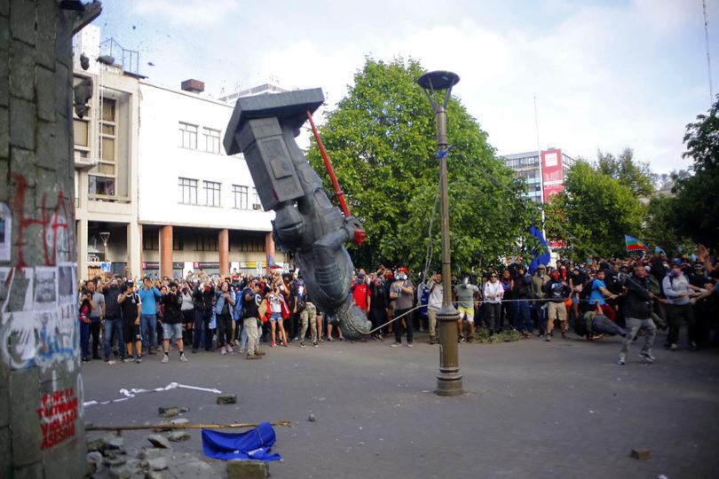 VIDEO | Derriban estatua de Pedro de Valdivia en Plaza de la Independencia de Concepción