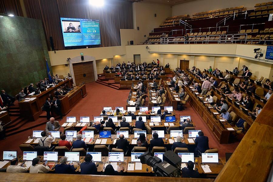 Aprueban rebaja de 50% en sueldos de autoridades y parlamentarios