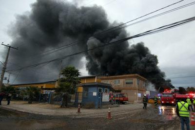 Suspenden clases en Lampa y Colina por incendio en fábrica de aceites industriales