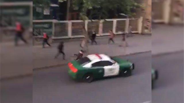VIDEO | Radiopatrulla de Carabineros atropelló a persona que intentó cruzar la calle