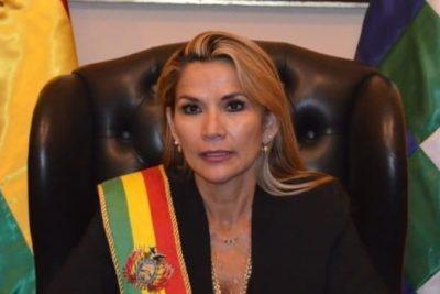 """Presidenta interina de Bolivia nombra a su gabinete y Morales dice que regresará para """"pacificar"""" la crisis"""