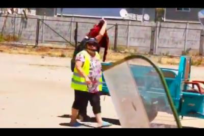 VIDEO |Madre se llevó de una oreja a su hija en medio de una protesta