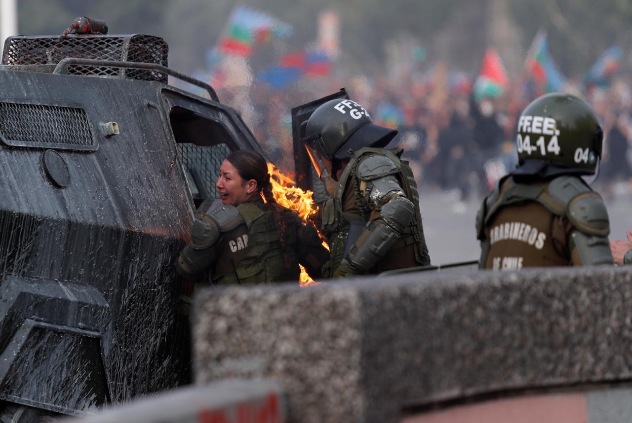 VIDEO+FOTOS | Impactante registro de carabineras quemadas en Plaza Italia