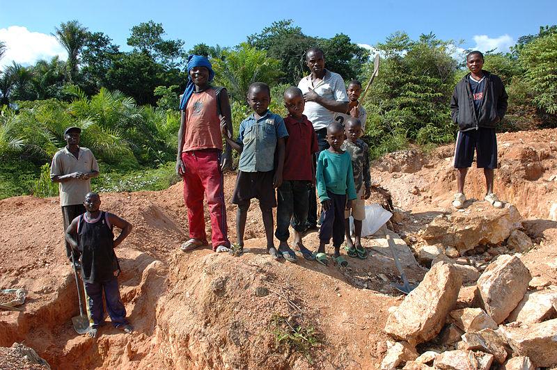 """""""Trabajo infantil y jornadas de 12 horas: por qué el Congo no es mejor que Chile para invertir"""""""