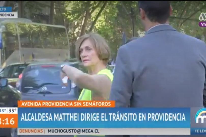 Matthei dirigiendo el tránsito: expertos en transporte están divididos