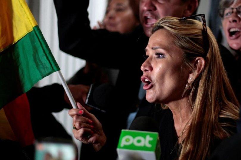 Senadora Jeanine Añez se autoproclama presidenta interina de Bolivia