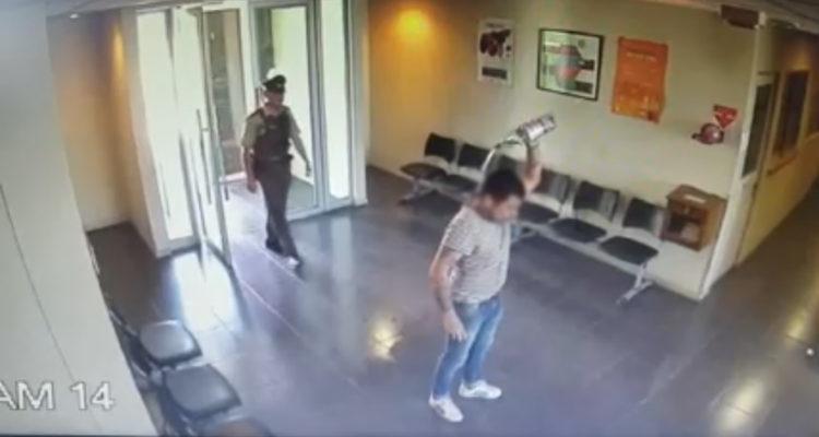 Detienen a hombre que intentó quemarse a lo bonzo al interior de comisaría