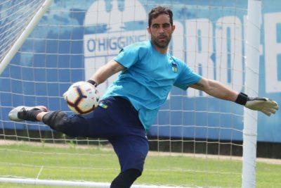 Claudio Bravo entrena con O'Higgins tras suspensión de amistoso ante Perú