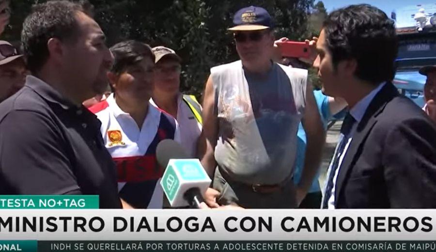 VIDEO | Ministro de Hacienda habló con camioneros en plena carretera