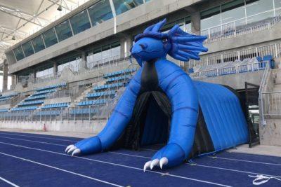Deportes Iquique presenta su nueva manga inflable de dragón para el Tierra de Campeones