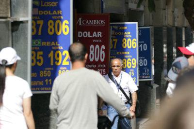 Alza del dólar: cómo golpea el día a día de los chilenos